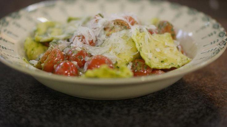 Bij de Italiaan eten we maar al te graag een bord verse pasta, maar waarom zou je die niet zelf serveren? Met een beetje handigheid en wat extra tijd, zet je verse ravioli 'maison' op het menu. Serveer de ravioli met warme kerstomaten en een eenvoudige groene salsa. Dit gerecht is ook geschikt voor wie liever vegetarisch eet.