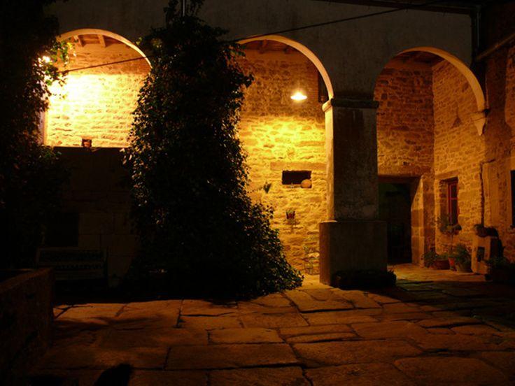 El patio, de noche