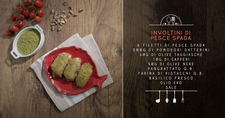 Sforna gli involtini di pesce spada alla siciliana con la ricetta di Chiara Maci. Le fette di pesce spada si farciscono con capperi, olive e pomodori datterini.