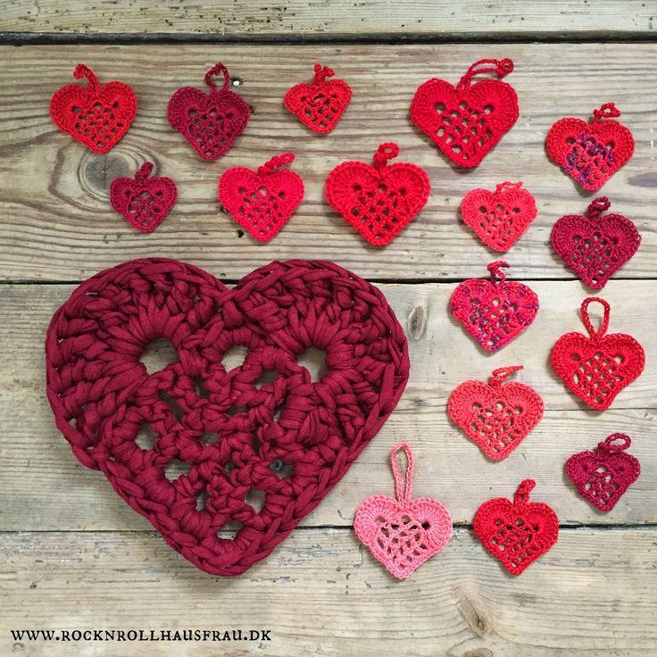Disse hæklede hjerter findes i utallige variationer. Her får I den, der er gået igen i min familie. Jeg har hæklet dem ud fra min mors opskrift, som jeg kan se, at hun har skrevet ned/kopieret tilbage