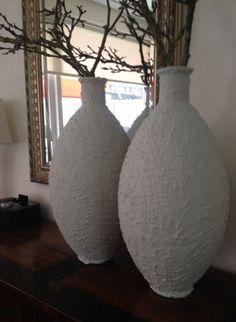 Glazen vazen besmeurd met tegellijm lekker ruw erover heen gedaan en op laten drogen, een tak magnolia erin en je hebt iets prachtigs. De tegellijm gekocht bij de bouwmarkt, niet de kant en klare gebruiken maar een pakje wat je zelf moet aanmaken.