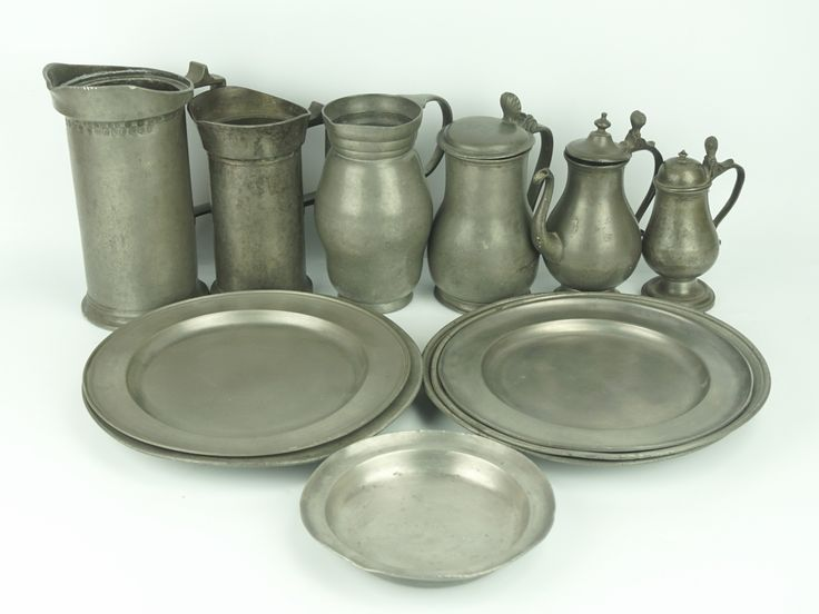 Een kavel divers antieke tinnen objecten, w.o. maatbekers, klepkannen en borden, w.o. 18e eeuw