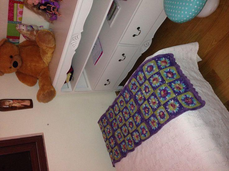 Sunflower grannysquare. Pie de cama con borde en punto abanico simple. Mi crochet