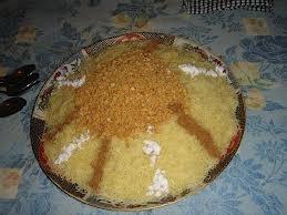 Los fedeos con pollo enterrado azúcar y canela , almendras machacada