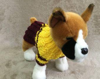 Este traje perfecto para tu Chihuahua, Poodle, Yorkie o perro pequeño  Exclusivo 100% tejidos a mano Diseño original  Pijama estilo suéter viene con botones.  Sweater talla XS nuevo 9-10; Pecho-11-12; Piernas-3.5 largo  Sombrero XS-10-11(around head)  Máquina de lavado y seco.  Listo para enviar.
