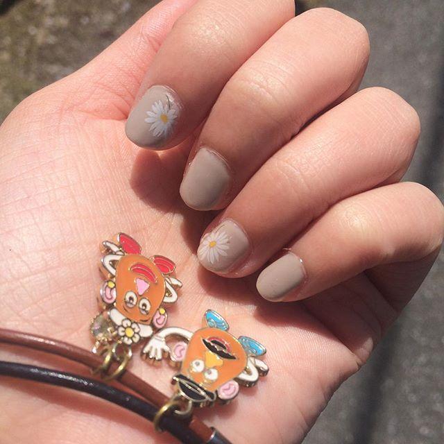 お出かけん!!!!!! 爪はシンプルなマーガレットネイルにしたけど…すぐオフするかな… #nail #ネイル #セルフネイル #ホーメイウィークリージェル #ポテトヘッド