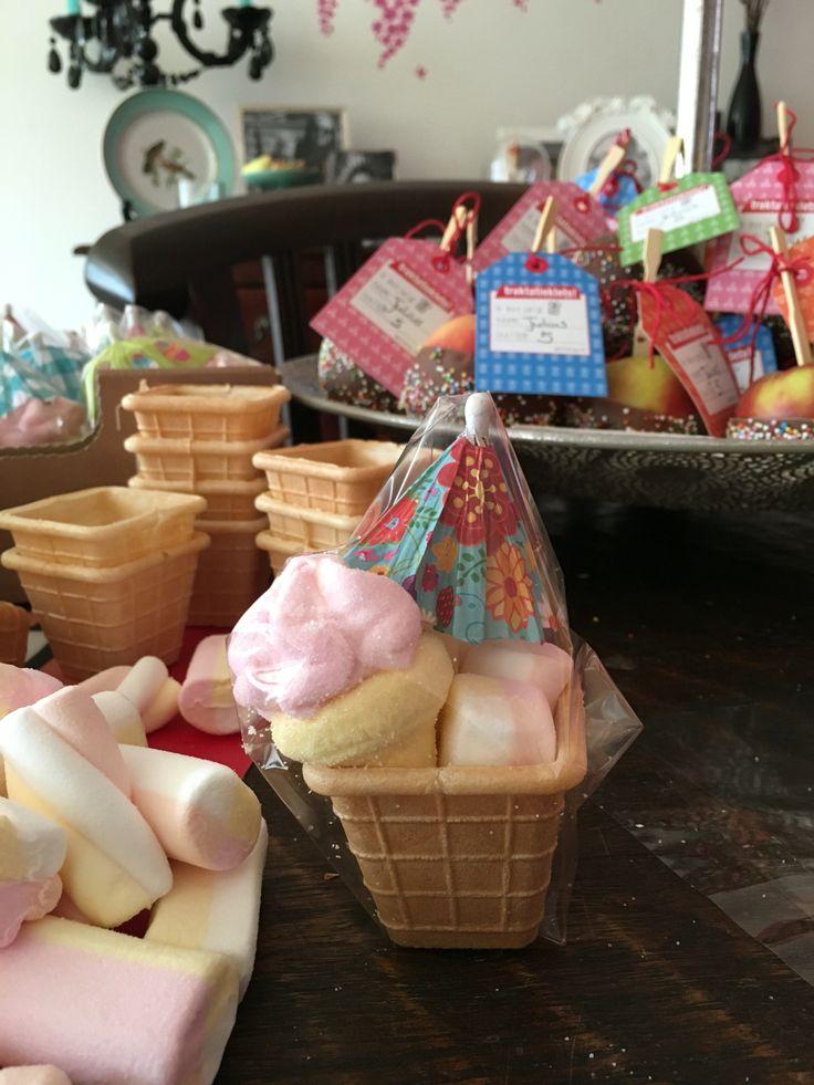 Traktatie ijsje Ijshoorntjes gevuld met spekjes en een parasolletje