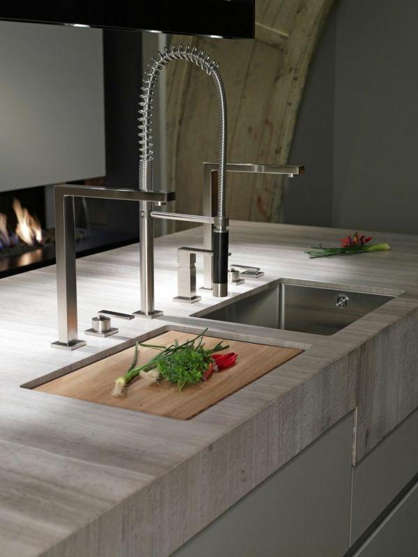 ein angepasstes holzbrett funktioniert als abdeckung fr splbecken und schneidebrett gleichzeitig moderne kcheninsel mit silbernen designer amaturen die - Kohler Waschbecken Schneidebrett