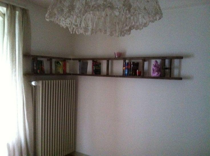 Alte Leiter als Bücherregal