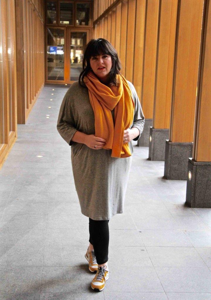 x-two, grijze jurk, gele sjaal ,grote maten, legging, nieuws