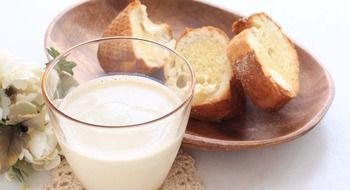 Porque o leite de baixo teor de gordura ajuda a perder peso  05 Jun 2014  Se quiser livrar-se desses gordinhos que você tem ao redor do estômago é hora de trocar o leite integral pelo desnatado.  UM ALIMENTO COMPLETO O leite desnatado é um alimento muito completo pois é uma das melhores fontes de cálcio e boa fonte de proteínas e vitaminas da família B (B1 B12 etc) contém algo de carboidratos e um copo (25ml) contribui com apenas 10calorias.  Se você tomar muito leite ao optar pelo desnatado…