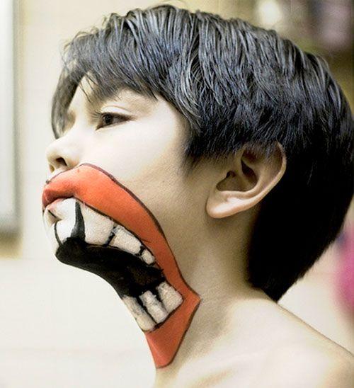 Trucco da mostro per Halloween con bocca enorme