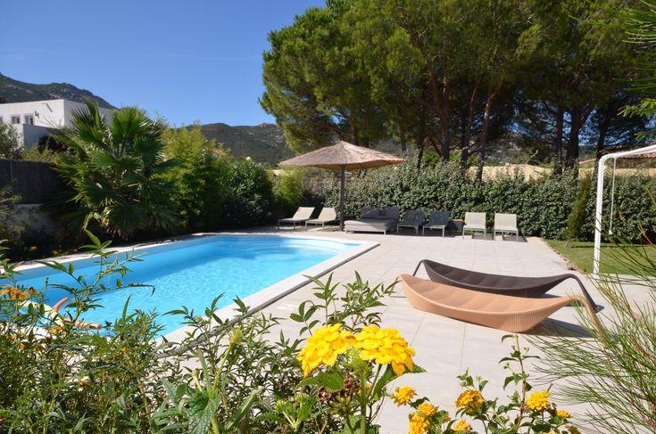 Pourquoi pas vous détendre au soleil ou sous l'ombre naturelle des arbres autour de la piscine? Allongé sur les transats ou sunbeds… en attendant le prochain repas, cuisiné au barbecue à gaz (Weber). #holiday #farniente #calvi #location #villa #corse #luxe #piscine #summer #soleil