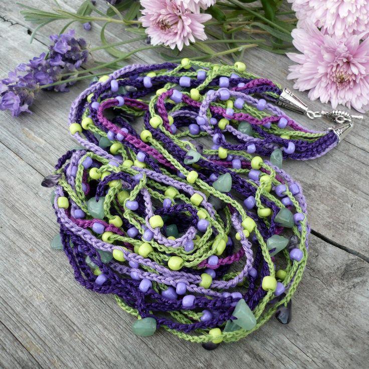 Provence Háčkovaný náhrdelník ze zelené a různých odstínů fialové příze s vháčkovanými kousky avanturínu, fialovými skleněnými zlomky a rokajlem. Zakončení stříbrné kaplíky a OT zapínání - běžný kov. Délka 57 cm K náhrdelníku se hodí tento náramek