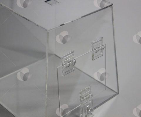 As urnas em acrílico podem ter diversos tamanhos e formatos, das mais simples às mais elaboradas, com bolsos laterais para folders ou formulários, sempre visando atingir o seu público alvo.  http://sulacrilicos.com.br/urna-acrilico/