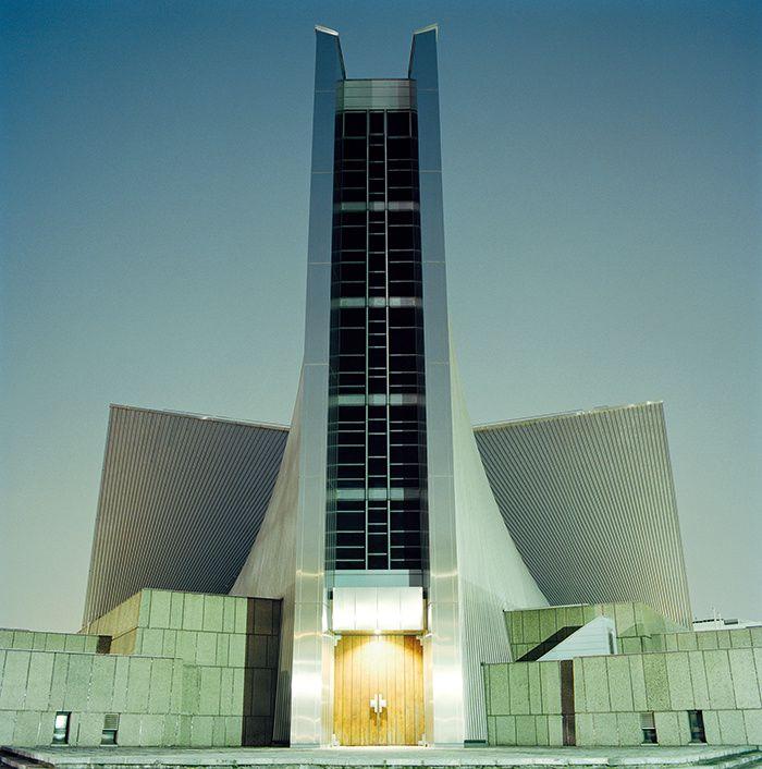 La St. Mary's Cathedral de Kenzo Tange, dans Bunkyo-ku, est une coque de béton recouverte d'acier inoxydable. Vu de l'intérieur, le regard tourné vers le plafond, ou, inversement, vu d'avion, le toit a la forme d'une croix géante.