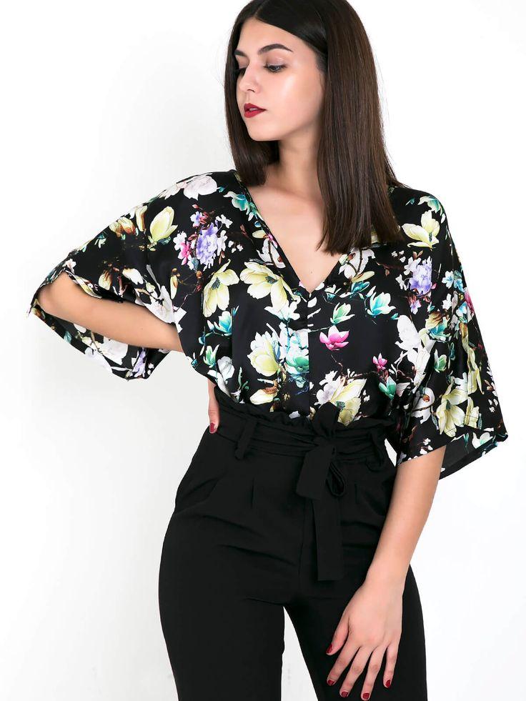 Blusa larga meia manga em tecido decote em bico padrão flores