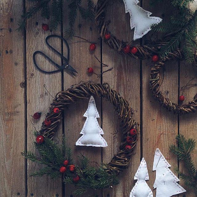 Ну, привет, декабрь! Я тебя ждала. Потому как на ещё один шаг я ближе к весне)) Люблю поныть за весну😅 А свои веночки, что ещё не доделала, отправлю к затейницам @iz4emodana @roxydeco @oksana_pero на конкурс #рождественские_плетения 🎄❄️🌬