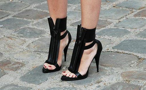 O!: Diy Fashion, Fall Shoes, Givenchy, Street Style, Black Shoes, Black Heels, Black Gold, Ankle Straps Heels, Gold Accessories