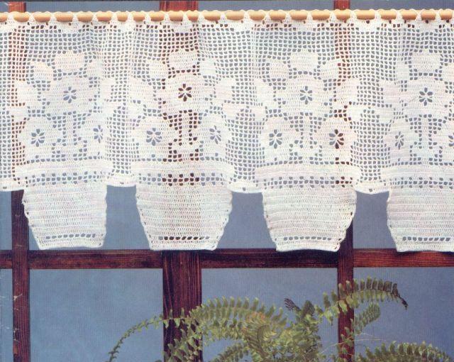 Cortina de crochê com desenho de vaso de flores