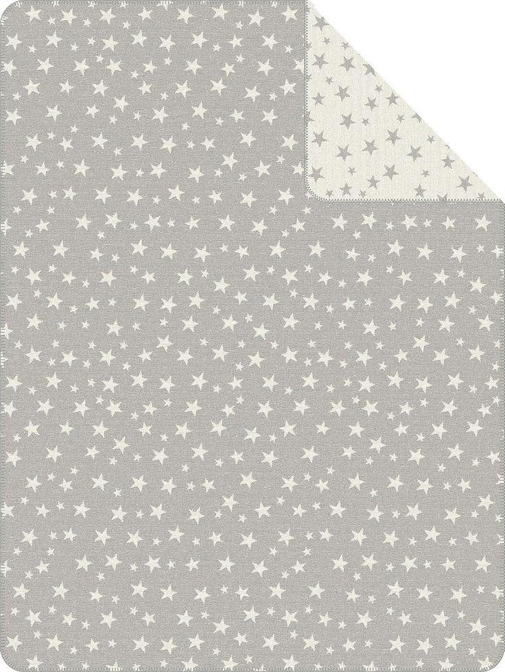 Für Klein und Groß kommt die Wohndecke »Full of Stars« zu Ihnen nach Hause. Das Design zeichnen viele kleine und größere Sterne aus, die sich auf der ganzen Decke verteilen. Die Jacquard Decke ist aus einem Baumwoll-, Polyacryl-, Polyester-Mix gefertigt und besonders pflegeleicht. Nach der Wäsche in der Maschine können Sie die Decke einfach im Trockner trocknen. Ein schönen Abschluss der Decken...