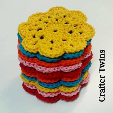 Flower power!!  #craftertwins #craftingstories #handmade #handmadebarcelona #fetama #hechoamano #crochetworld #crochet #ilovecrochet #ganchillo #ganxet #instacrochet #cosasbonitas #crochetdesign #crochetaddict #grannysquare  #garland #crochetflower #spring