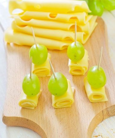 5 Low-calorie Options for Evening Snacks - Cheese and grapes