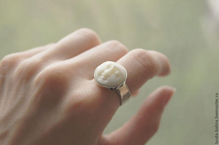 """Купить """"Лунная Леди"""" кольцо с камеей из кости - белый, кость, кость резная, кость буйвола"""