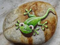 LITTLE GREEN LIZARD! Painted Stones -- What a cute idea painting lizards, frogs, bugs, etc! Leaving the rest of the rock natural. So cute to put in a garden. LOVE