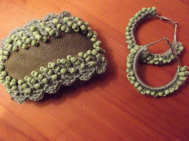 Centro de la pulsera en cuero borde tejido a crochet con mostacillas y los aros tejido con mostacillas