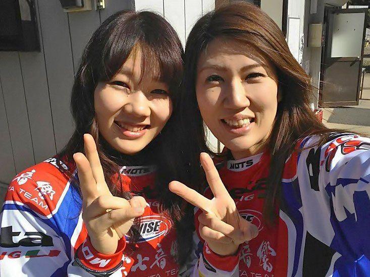 (一財)日本モーターサイクルスポーツ協会(MFJ)では、女性のモーターサイクルスポーツ参加推進と、トライアルの次世代を担う女性ライダー育成のために、『MFJレディーストライアルプログラム2017』を京都府・亀岡トライアルランドにおきまして開講いたします。 昨年より全日本に設けられたレディースクラスを頂点に、各地方でのレディース普及活性化を目的に、現レディースチャンピオンの西村亜弥選手と萩原真理子さんを講師に迎え、技量に応じて2つのクラスに分けて実施致します。このスクールでは競技に必要なライディングテクニックはもとより、ルールとマナーに至るまで時間のゆるす限り総合トレーニングを行います。 多くの女性の方々にトライアル競技を存分に楽しんで頂き、また目標の持てる練習方法のノウハウをお伝えできるようスタッフ一同楽しみにしておりますので、沢山のご参加をお待ちしております。 講師は西村姉妹 詳細