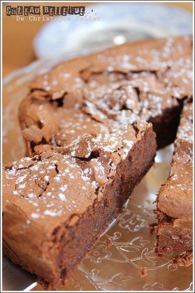 Gâteau au chocolat Bellevue (pour un moule de 20cm de diamètre) : 4 oeufs 125g de bon chocolat 2 càs de lait 10 cl de crème liquide (crème de soja pour moi, encore plus léger) 1 càs de farine 50g de poudre d'amandes 125g de sucre semoule