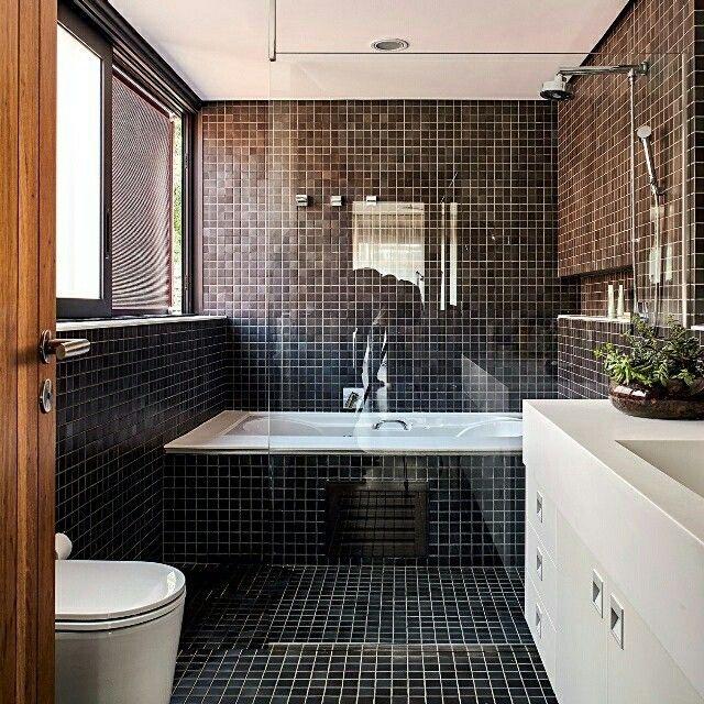 Quem tem medo de banheiro preto? Na edição de julho da #revistaaec, a equipe do Grupo SP @gruposp.arquitetos prova que a cor tem tudo para dar certo nesse espaço. As pastilhas cerâmicas são da Jatobá  @jatobapastilhas. A gente achou lindo. E você? #arquitetura #preto #banheiro #banheiropreto #pastilhas #jatoba #jatobapastilhas