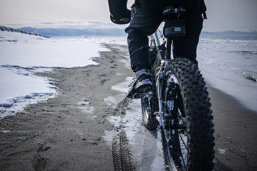 Fatbiken paksu rengas puree hyvin lumeen ja hiekkaan. Kuva: Robert Thomson