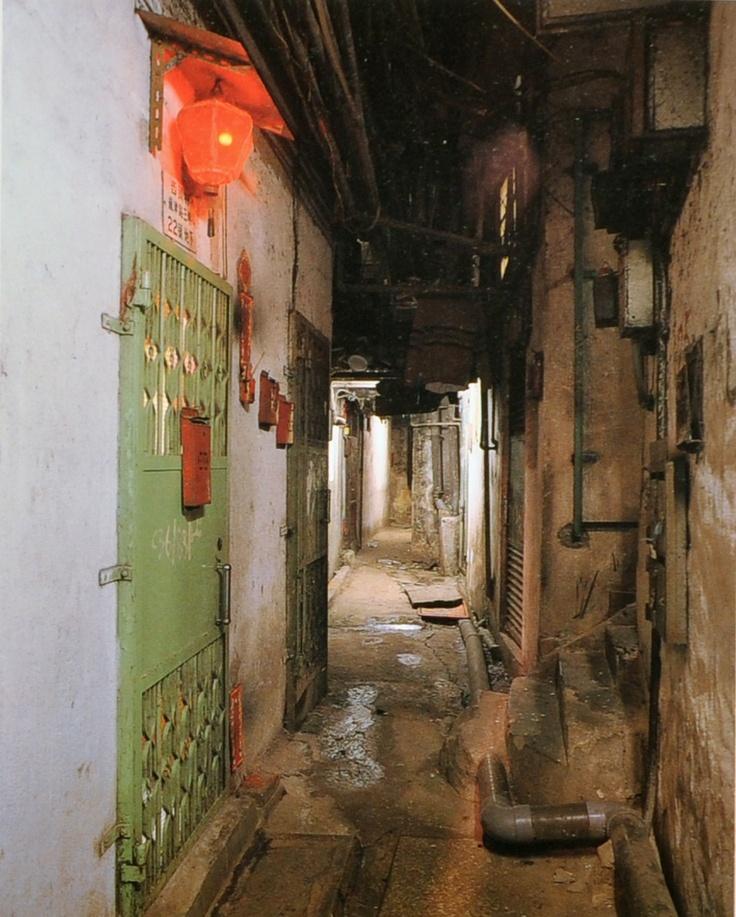 La Ciudad amurallada de Kowloon fue una anomalía política de la historia colonial de Hong Kong. Fue, por décadas, un pequeño exclave de China ubicado en el Hong Kong de Gran Bretaña.