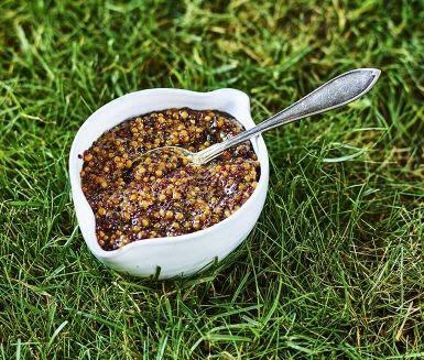Lättlagat recept på hemlagad senap som du enkelt kokar på spisen eller på grillens sidoplatta medan kött, korv och grönsaker får färg på gallret. En krämig smakbomb som piffar till och sätter fart på smaklökarna.
