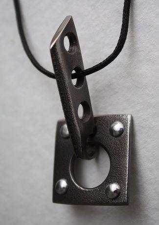 Украшение из кованого титана,очень легкого и гипоаллергенного металла.Покрытие стойкое к механическим повреждениям.Оригинальная текстура и необычный серый цвет получены в результате применения авторской техники