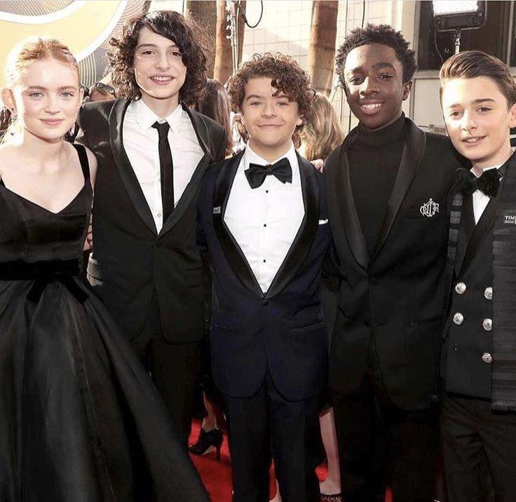 Sadie, Finn, Gaten, Caleb, and Noah at the 2018 golden globe awards