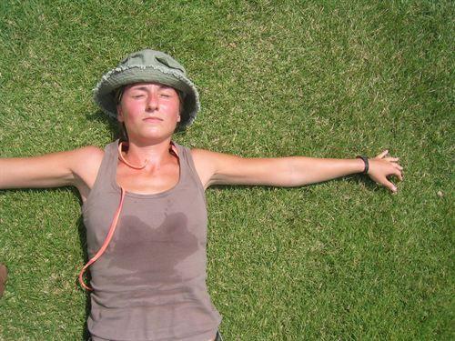 Evitar sudar mucho y usar protectores solares adecuados, claves para cuidar la piel atópica en verano