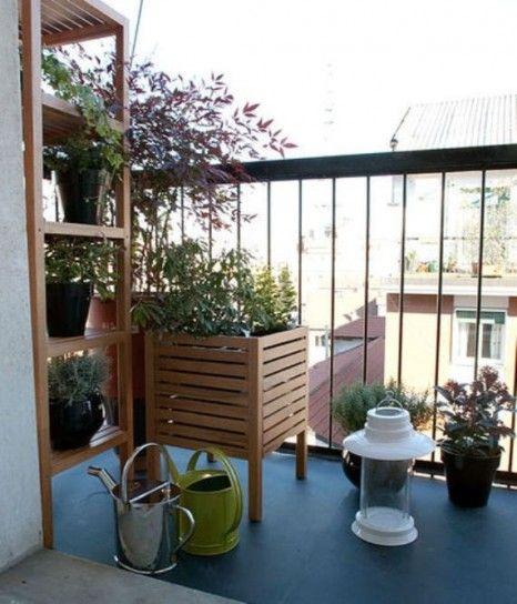 Scaffale con piante in balcone - Elementi in legno per le piante per arredare un balcone piccolo