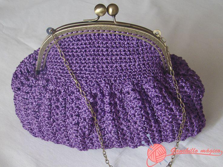 Bolso de fiesta con boquilla metálica realizado en ganchillo con hilo de seda color lila