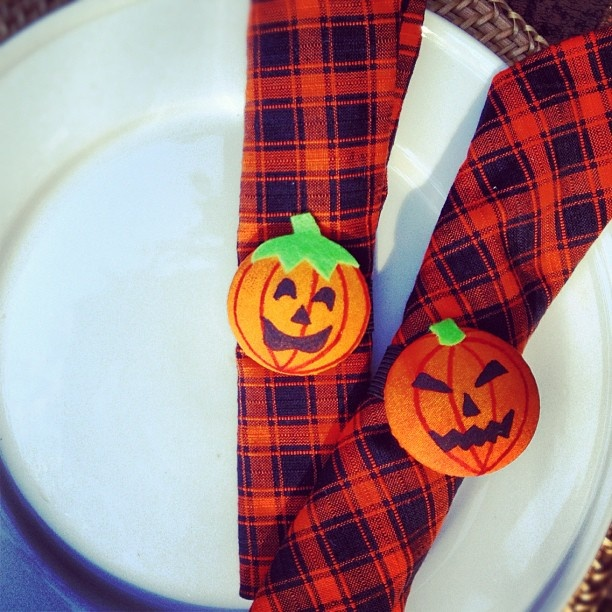 Elastic cover buttons halloween napkin rings draw for Halloween cloth napkins
