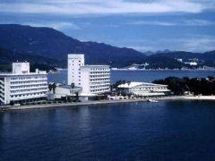 小豆島国際ホテルは窓から望む瀬戸内海の海穏やかな潮騒がゆったりとした時を奏でます  小豆島国際ホテルは小豆島の自然と調和し全室から瀬戸内海が一望できる国内でも有数の立地環境を備えた観光ホテルとして昭和38年の開業以来小豆島観光産業のリーダー的な役目を担ってまいりました   全国の皆様に小豆島国際ホテルおよび小豆島のことを知っていただき多くのお客様に小豆島を訪れ当ホテルに滞在していただきたいと私どもはこれまで以上に心をこめたおもてなしでお客様をお迎えできればと思っています   小豆島国際ホテルではエンジェルロードを望むシーサイドガーデンでお二人のアイデアを盛り込んだ新しい形のオリジナルウエディングも行っております tags[香川県]