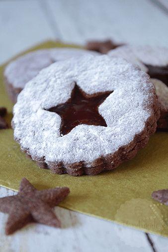 Het idee van jam koekjes is niet nieuw. Zo zijn er van die heerlijke kruimelige koekjes met een laagje jam meegebakken, waar ik het recept nog altijd van wil delen met jullie. Maar ook de linzer koekj