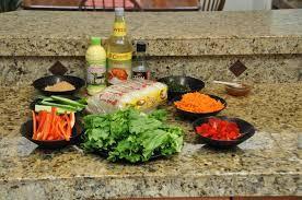 Voorbereiding:  laat het deeg ontdooien. Doe de rijstvermicelli in een kom en schenk kokend water erover tot de vermicelli onder water staat. Laat de vermicelli 30 minuten wellen. Snij de kip in kleine stukjes. Besprenkel de kip met sojasaus. Zet even apart Hak de knoflook, gember, groene kool en ui zeer fijn en snijd de ham in kleine vierkantjes. Snij de lente-ui in hele fijn ringetjes. Zet even apart. Bak een omelet van het ei geklutste.