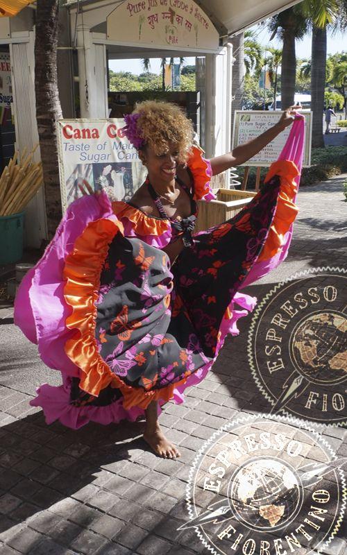 El baile Sega es la danza típica de Isla Mauricio, con ritmos exóticos y agradables, como las propias aguas de las playas del país. Consejos de viaje en www.espressofiorentino.com #sega #dance #mauritius #caudan #mauricio #baile #bailar #viajar #viajero