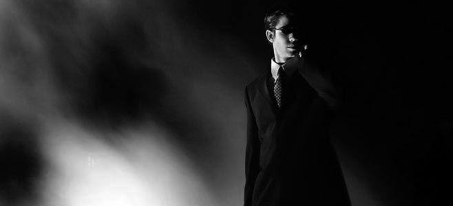 <<Los acompañaba un hombre vestido de negro, cejijunto, cetrino, con aspecto de sabérselas todas. >> (p. 48, cap. 7) Me gusta la dicción que esta utilizado para describir este hombre, <<cejijunto>> y <<cetrino. >>