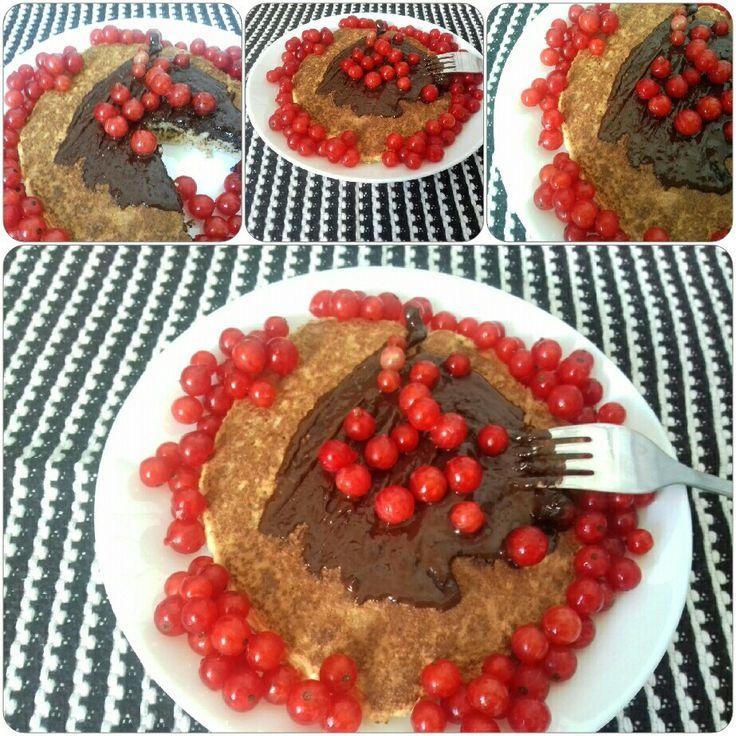 Omlet kokosowy  Z czerwoną poprzeczką i gorzką czekoladą