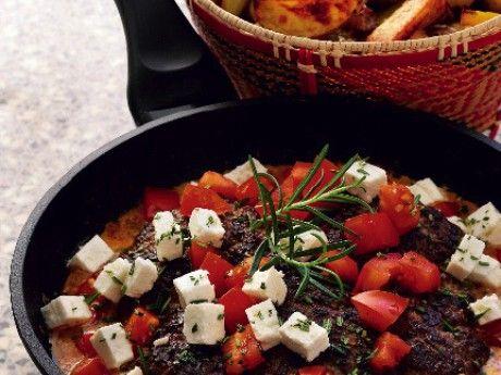 Recept på Ullas latmansbiff med klyftpotatis i ugn. God köttfärs i ugn. Om det är riktigt bråttom kan du använda fryst klyftpotatis. Det är bara att strö ut i långpannan och steka allt-i-ett i ugnen.