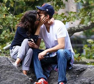 Kunis-Kutcher: Δημόσια φιλιά και αγκαλιές!